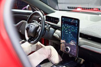 Infotainmentsystemet er utviklet fra bunnen hos Ford, og skal ha særlig gode egenskaper med tanke på navigasjon med elbil.