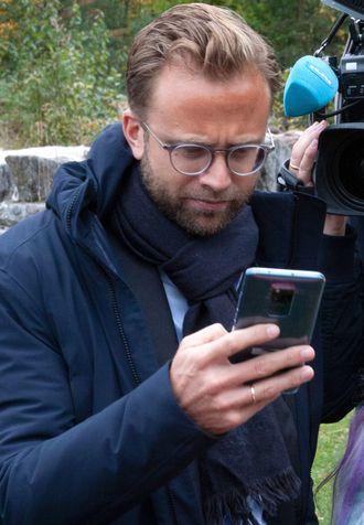 Digitaliseringsminister Nikolai Astrup (H) med mobiltelefon.