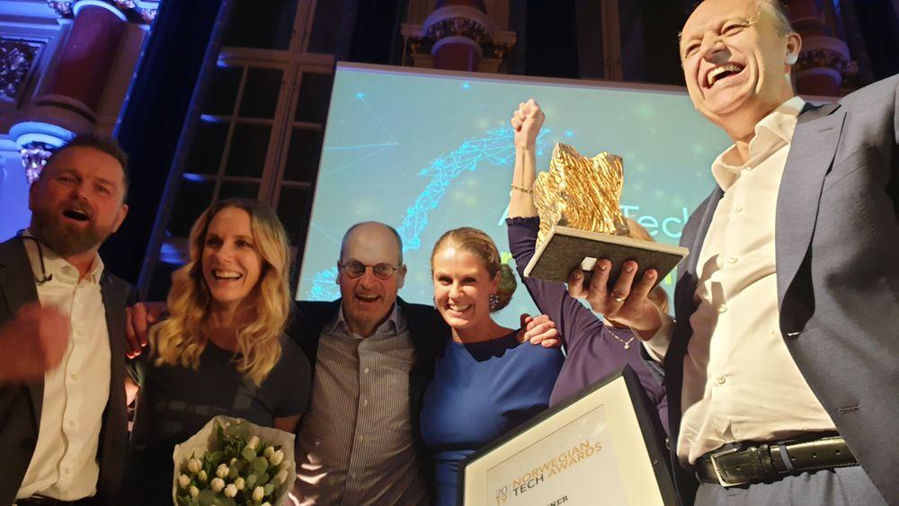 Representantene for Nordic Semiconductor jubler over å ha blitt tildelt hovedprisen under Norwegian Tech Awards 2019.