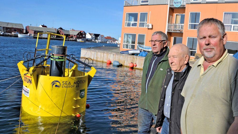 Oppfinner Hans Knutsen, i midten, har knyttet til seg medarbeidere med lang praktisk erfaring fra offshore- og mekanisk industri. Anton Ø. Hansen (t.v) har drevet mekanisk verksted i 40 år, mens Magnar Frøyland har like lang erfaring fra oljeboring og riggnæring.