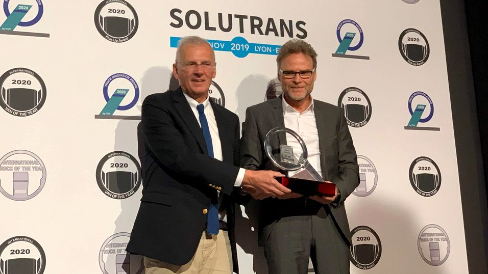Juryformannen Gianenrico Griffini (t.v.) overrakte International Truck of the Year 2020-trofeet til Daimlers representant.
