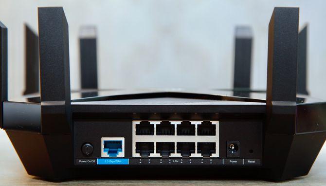 Ruteren er godt utstyrt med Ethernet-porter, og støtter 2,5 Gbit/s på WAN-porten.