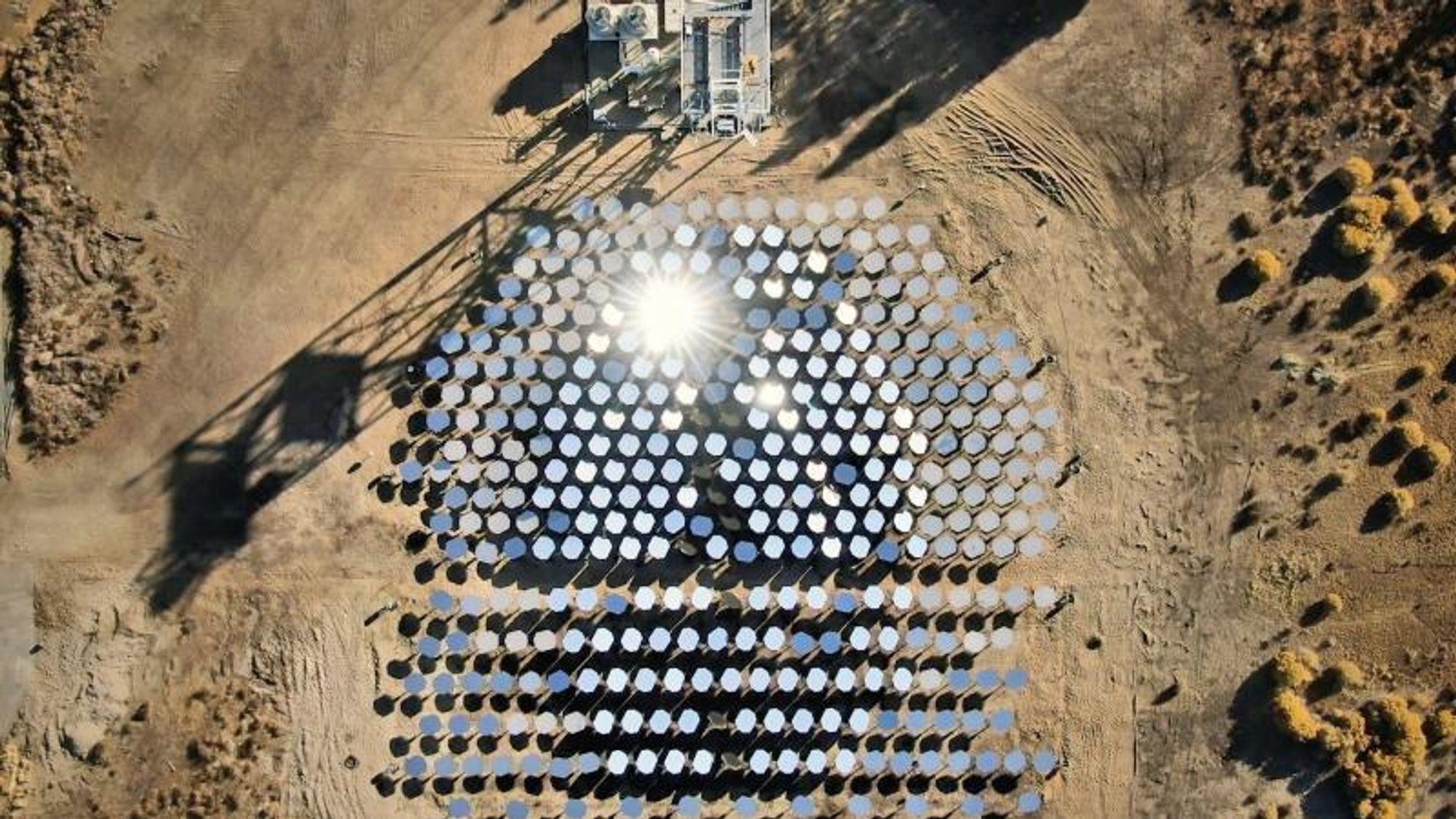 1000 grader varm solovn: Datastyrte speil skal produsere sement og stål