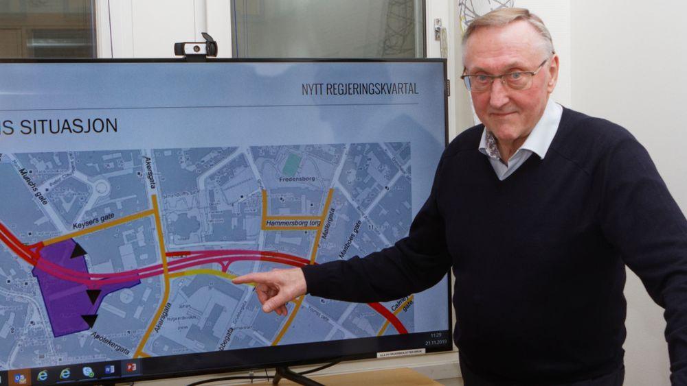 Sjefsingeniør Tore Kildal hos Statsbygg viser hvordan Hammersborgtunnelen går under deler av Y-blokka.