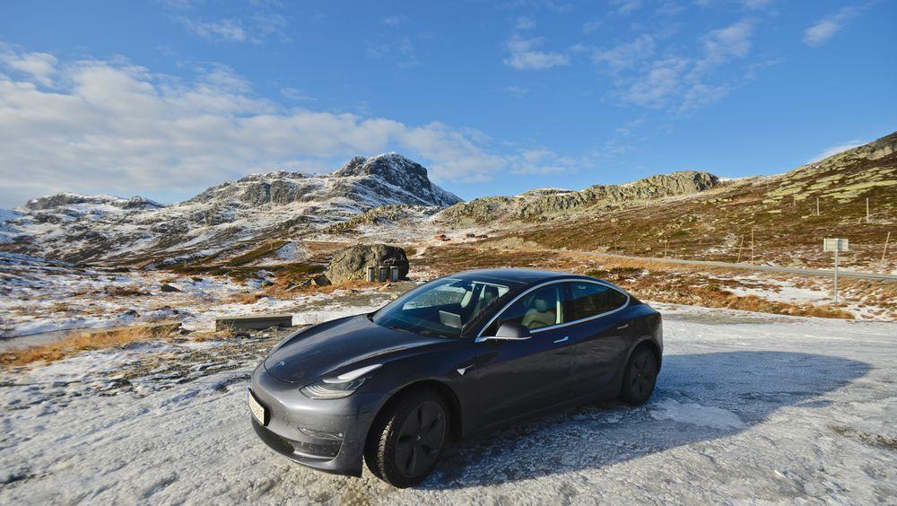 Ingen over, ingen ved siden: Tesla Model 3 blir årets suverent mest solgte bil.