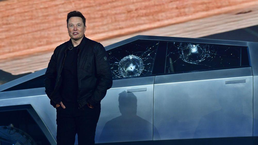 Tesla-sjef Elon Musk måtte fullføre presentasjonen av Cybertruck foran to knuste vinduer etter en demonstrasjon som slo noe feil.
