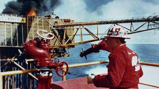 Da Piper A brant, måtte mannskapet hoppe fra plattformen. Med riktig vinkel kan sleidelivbåter være avgjørende