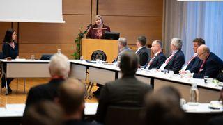 Erna Solberg møtte bransjen om grønnere skipsfart. Se toppmøtet om igjen her