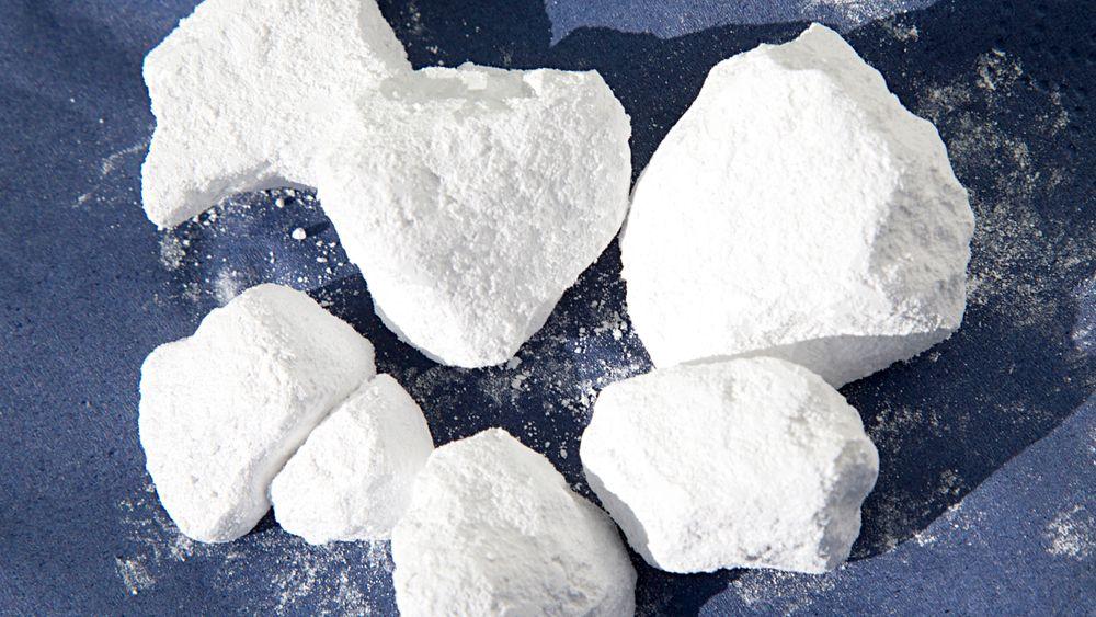 Investeringer i anlegg som muliggjorde leveranser av kalsiumkarbonat i tørr form åpnet for bruk av marmor fra Nordland i produksjonen i Halden.