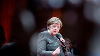 Tysklands forbundskansler Angela Merkel har fått gjennom et forslag om å kreve tydelig definerte sikkerhetsstandarder av landets kommende 5G-leverandører, men har forhandlet bort forslag om Huawei-forbud. Bildet er tatt under «Global Solutions Summit» in Berlin i mars.