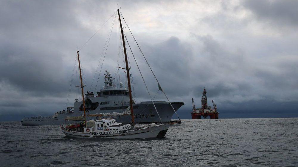 Den kontroversielle letebrønnen like sør for Lofoten inneholdt litt olje, men ikke nok til å være lønnsomt å utvinne. Miljøorganisasjonene mener dette er svært gode nyheter. Både Bellona og Natur og Ungdom har aksjonert mot leteboringer. Her er Bellona-båten Kallinika, som vises bort av kystvakta foran boreriggen West Hercules.