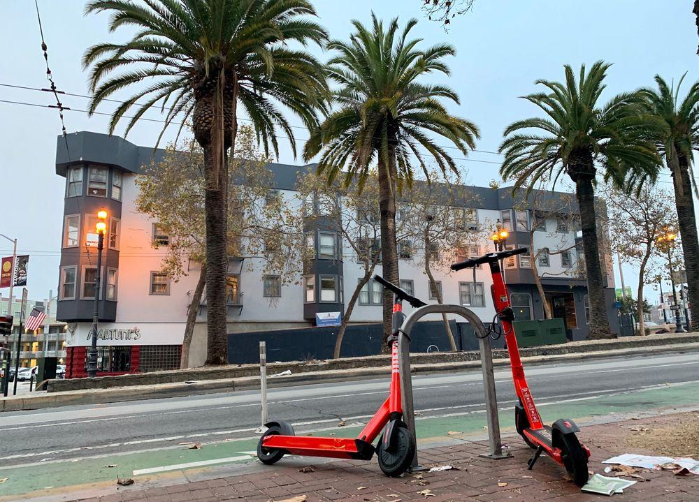I sentrum av San Francisco er de fleste elsparkesyklene låst fast til stativer.