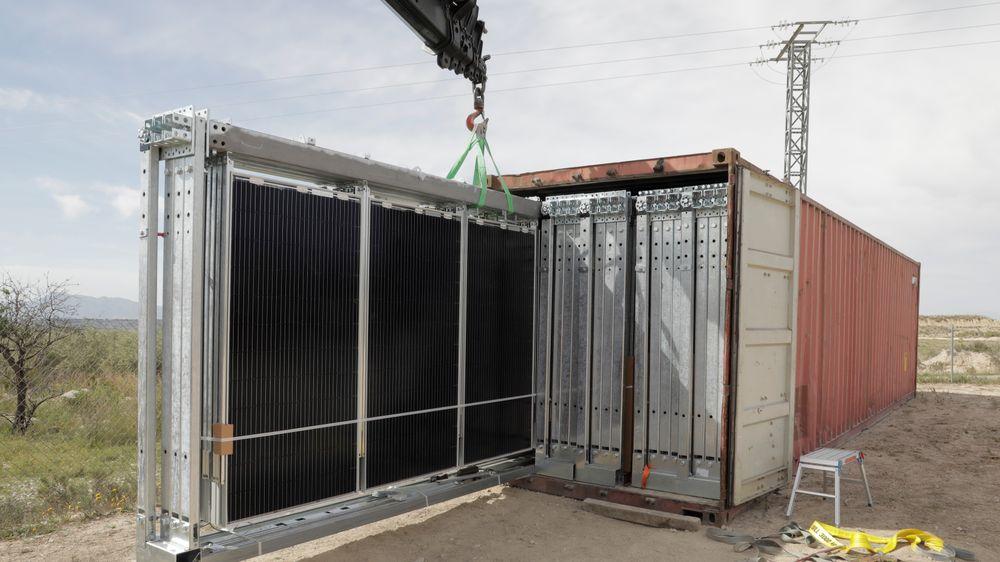 Scatec Solar lanserer en kontainer-løsning for leasing av solenergi og batterier til bruk på avsides steder og i flyktningleire. Konseptet heter Release. Bildet er fra testing i Spania.