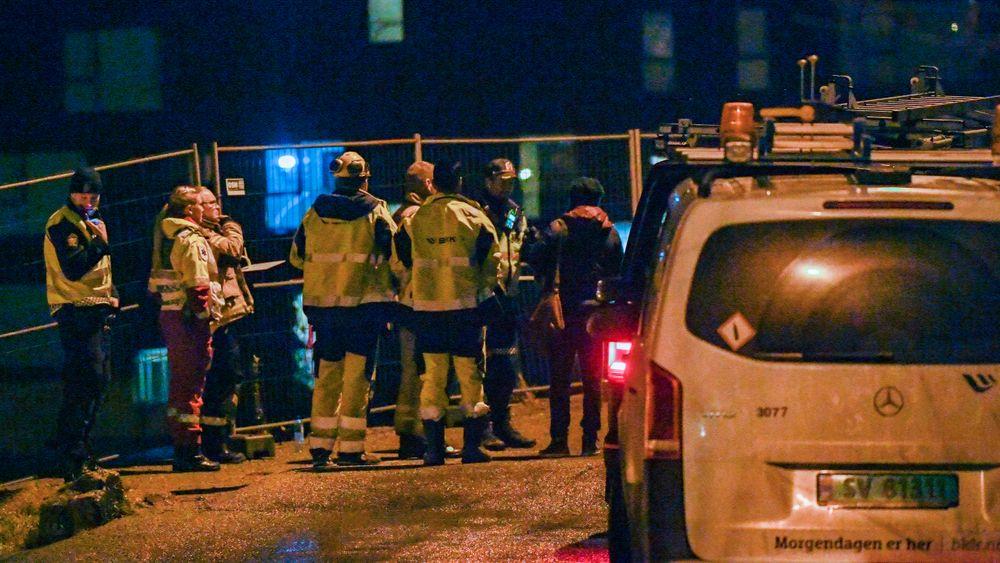 E39 er stengt som følge av lekkasje etter brudd på en vannledning i Sandviken i Bergen. Politiet, ambulansearbeidere og ansatte fra Bergen Vann nær stedet der flere hus er evakuert. Ingen personer er skadd eller savnet.