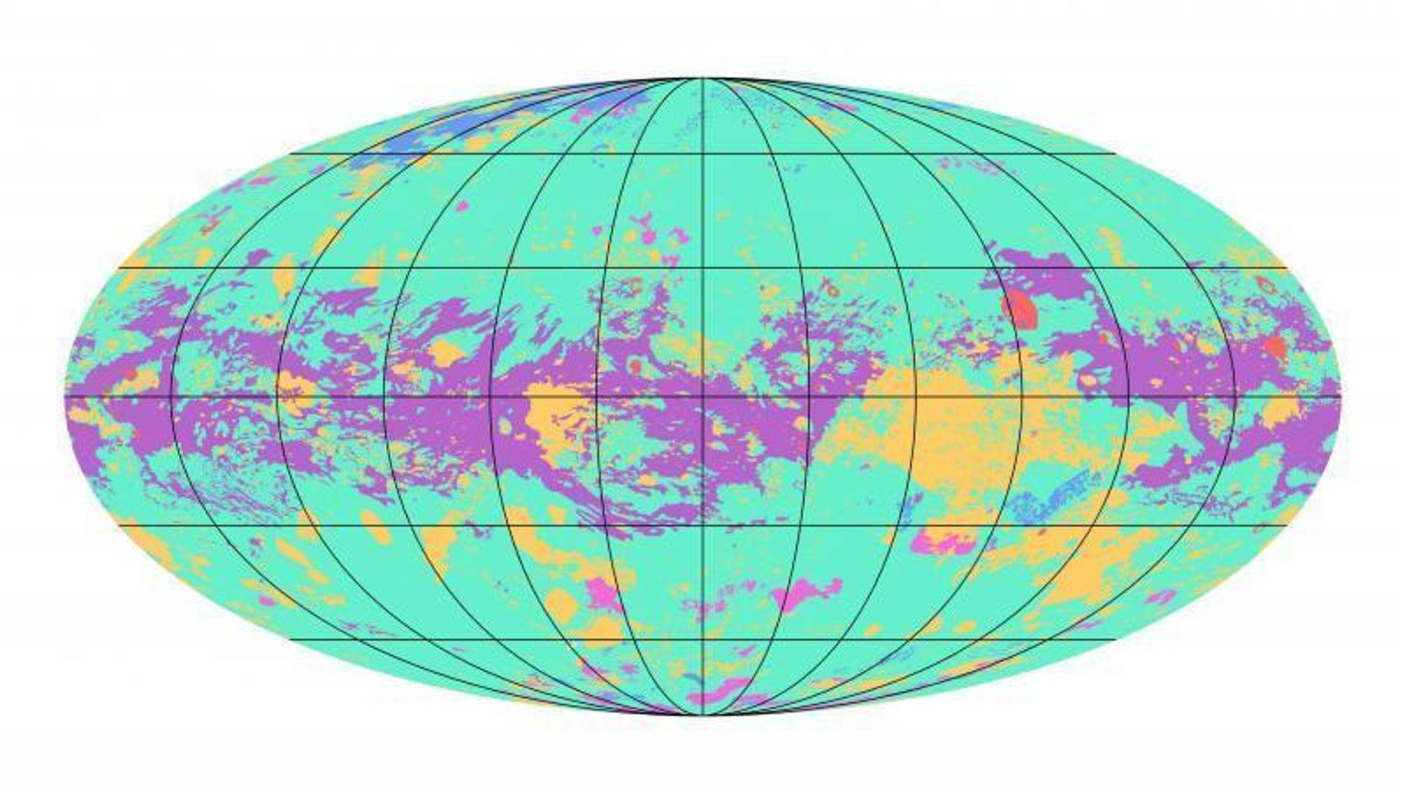 Titan har sjøer (blå), krater (rød), sandbanker (lilla), åser (oransje), kanaler (rosa) og sletter (grønt).