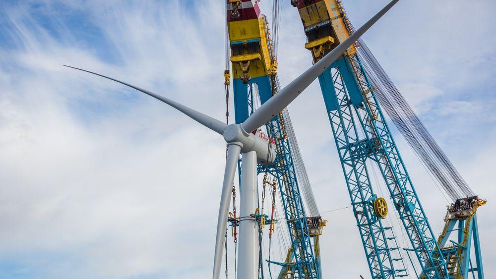 Equinor er verdensledende på flytende havvind. Her fra installasjon av turbiner på Karmøy.