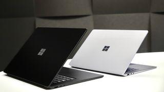 Microsoft Surface Laptop 3 finnes med både 15- og 13,5-tommers skjerm. 15-tommeren til venstre.