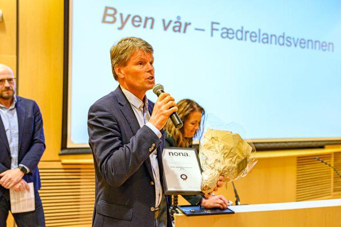 Vidar Udjus tok i mot prisen for årets digitaljournalistikk for liten redaksjon på vegne av Fædrelandsvennen.