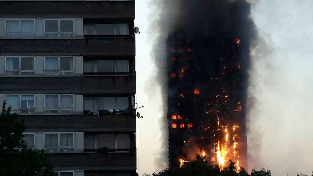 Den primære årsaken til at Grenfell-brannen kunne spre seg så raskt, var at festene rundt vinduet i kjøkkenet var lagd av uPVC som ble myk og bøyde seg på grunn av varmen fra brannen.
