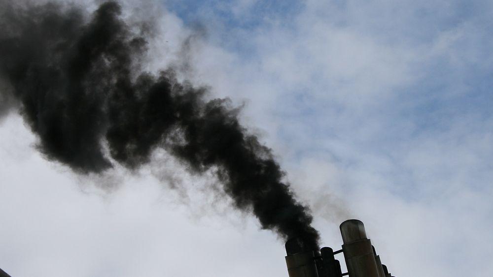 Svart og fæl eksos fra skipsmotoren ved oppstart. Den inneholder svovel, sot og partikler i tillegg til nitrogenoksider og CO2. Med CO2-fangst og lagring i form av tørris, kan skip fortsatt bruke tungolje og diesel.