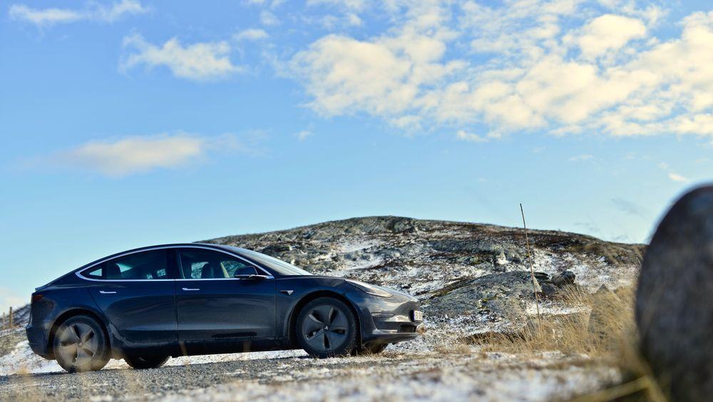 Tesla Model 3SR+ på Beitostølen. To av de 25 byene som ICCT omtaler som elbilhovedstader er norske.