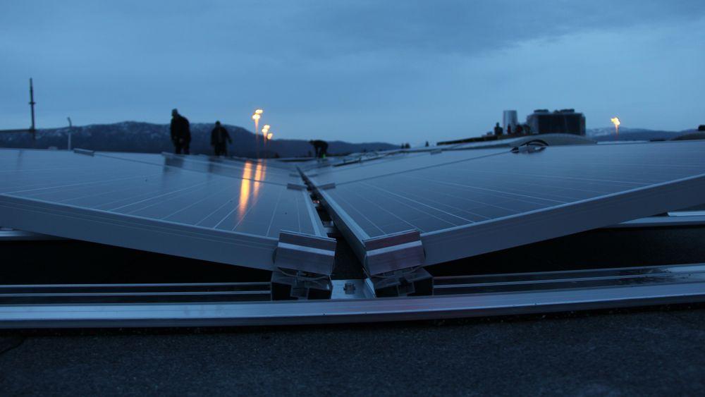 – Når vi virkelig trenger kapasiteten, er på vinterstid mellom klokka 17 og 20. Da er det ikke mye sol. Så uten å lagre solenergien, har ikke samfunnet noen nytte av den, mener Kristin Lind i Energi Norge.