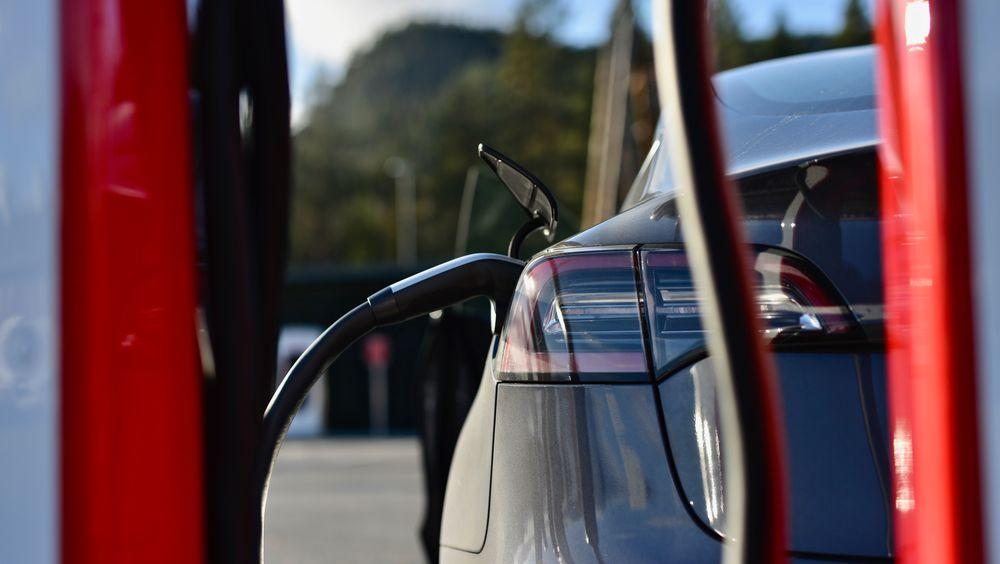 Stadig flere skaffer seg el- og hybridbiler. Som en konsekvens stuper salget av bensin- og diesel, viser nye tall.
