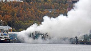 Nå er heving av den russiske tråleren som brant og sank i gang i Tromsø