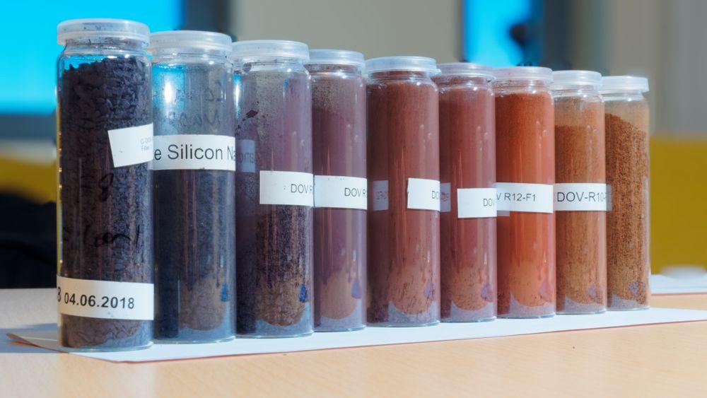 Rekken viser forskjellige stadier i utviklingen av silisium som anodemateriale i batterier. Fargeforskjellen skyldes tilsetningsstoffer som Cenate holder hemmelig.