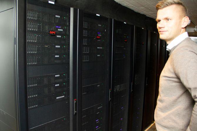 Rack i datasenteret til Braathe-gruppen. Håkon Svendsen, direktør for teknologi og tjenesteutvikling, står ved siden av.