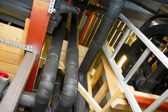 Kjølingen av datasenteret ved Nærum gård skjer i stor grad ved hjelp av kjølesløyfer på jordene til gården. Her sees noe av anlegget inne i låven.