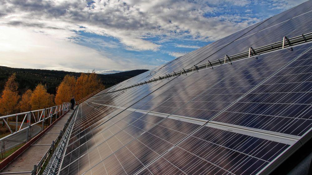 Ny nettleie med effekttariffer som setter en pris på bruk av effekt, vil gi mindre lønnsomhet til dem som har investert i solceller. – En kilowattime produsert er en kilowattime spart, sier Solenergiklyngen. Bildet er fra Høgskolen i Hedmark, som i sin tid (2013) hadde Norges største solcelleanlegg.
