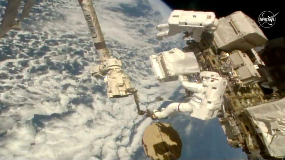 Den italienske astronauten Luca Parmitano installerer nye pumper på det alfamagnetiske spektrometeret på utsiden av den internasjonale romstasjonen. Dette var den tredje romvandringen på nesten tre uker.
