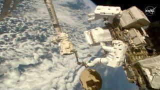 Astronauter romvandrer for å reparere stråledetektor til to milliarder dollar