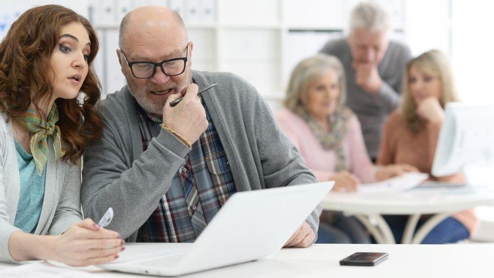 Det er forskjell på hvordan eldre og yngre arbeidstakere ser på det å ta imot kritikk og å følge regler, viser forskning.