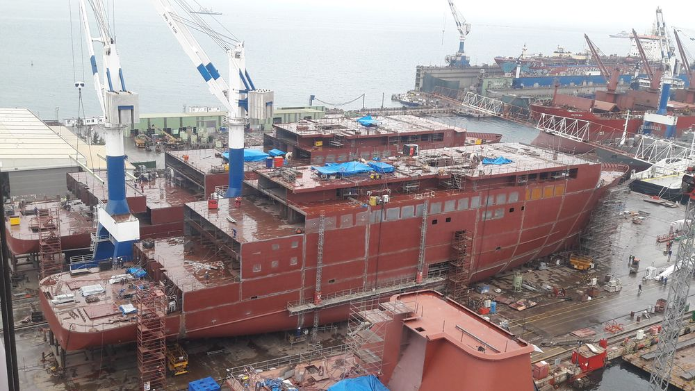De to første skipene til Havila Kystruten bygges så å si i parallell ved Tersan Shipyard i Yalova , sør for Istanbul. Bildet er fra høsten 2019. Skipene kjøres om bord på flytedokk for sjøsetting.