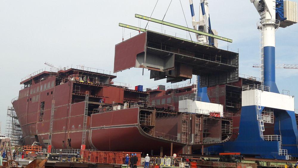 Store seksjoner løftes på plass på ett av Havila Kystrutens skip ved Tersan Shipyard.
