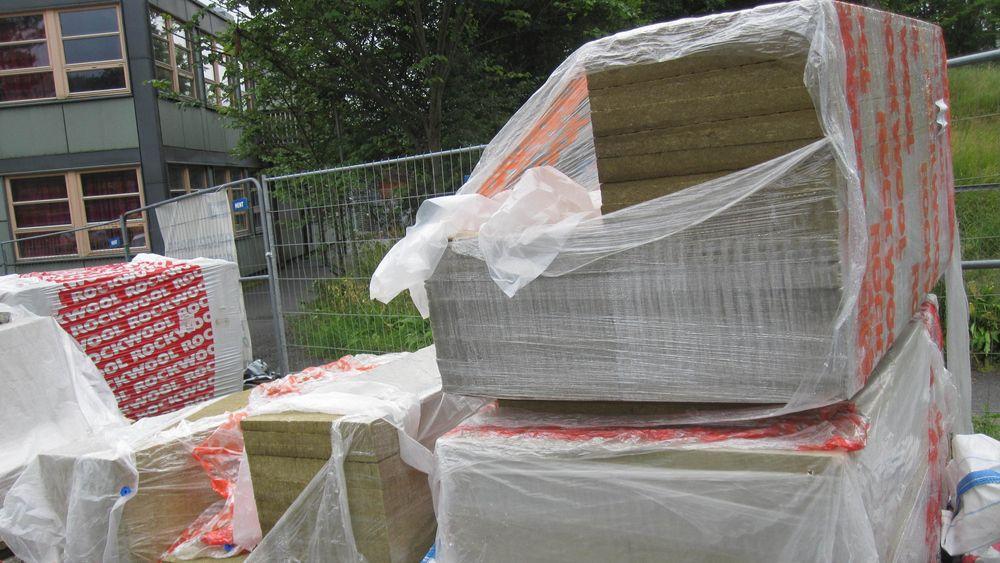 Isloasjonsmateriale som er lagret utendørs uten skikkelig tildekking. De er søkkvåte, og ubrukelige. Opak ser rett som det er at slikt likevel blir brukt.