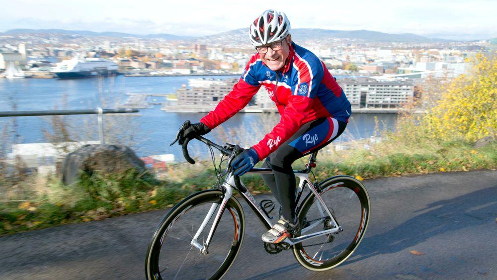 Ønsker seg el-motor i bakkene: –Med alderen blir det tøffere å henge med i oppoverbakker. Det gjør el-racersykkelen aktuell for meg, sier Tor Myrset.