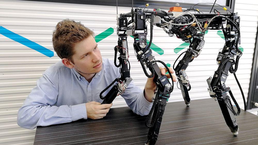 Variable bein: Tønnes Nygaard har konstruert denne selvlærende roboten som kan variere lengden på beina etter behov.