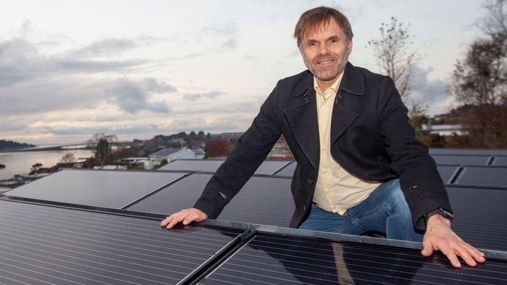 Solceller: Med Hafrsfjord i bakgrunnen, produserer Ståles Sundes 18 solcellepanel 5000 kWh per år. Det dekker nesten alt strømforbruk til hans elbil. – Jeg ønsker også solcellepanel som vender mot vest, siden vi planlegger å kjøpe en elbil til. Siden det kan kobles til eksisterende anlegg, blir det relativt rimelig, sier han.