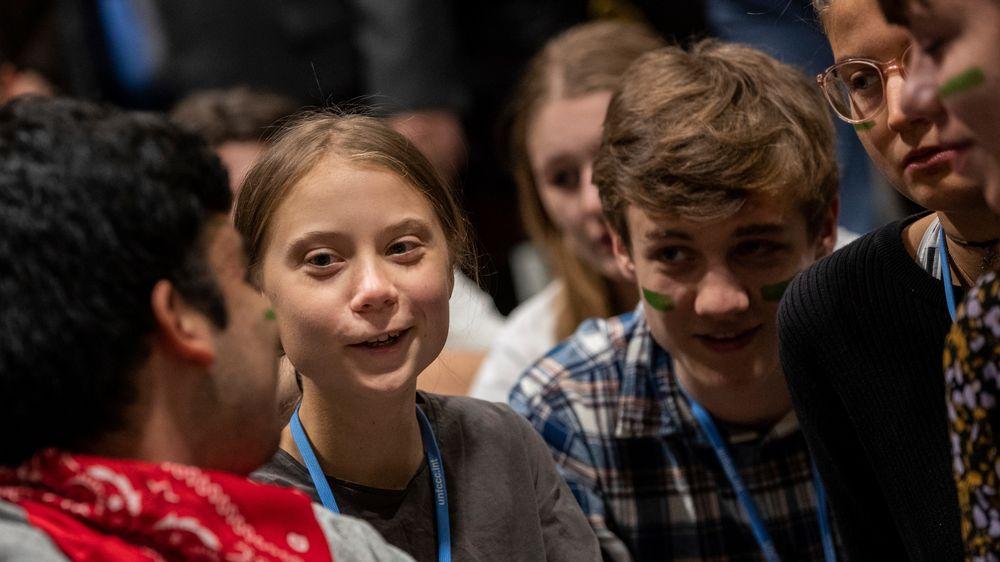 Greta Thunberg sammen med andre unge klimaaktivister på konferansesenteret i Madrid.