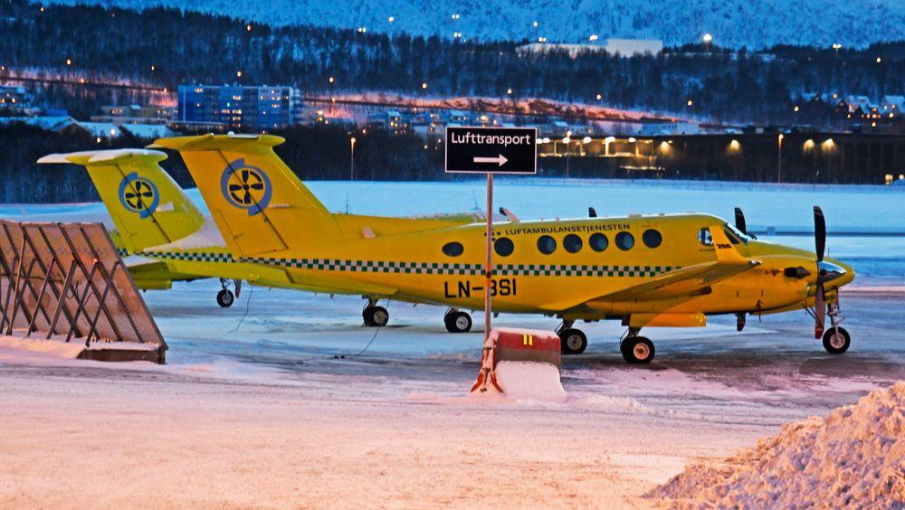 To Beech 250 ambulansefly utenfor hangaren til Babcock i Tromsø.