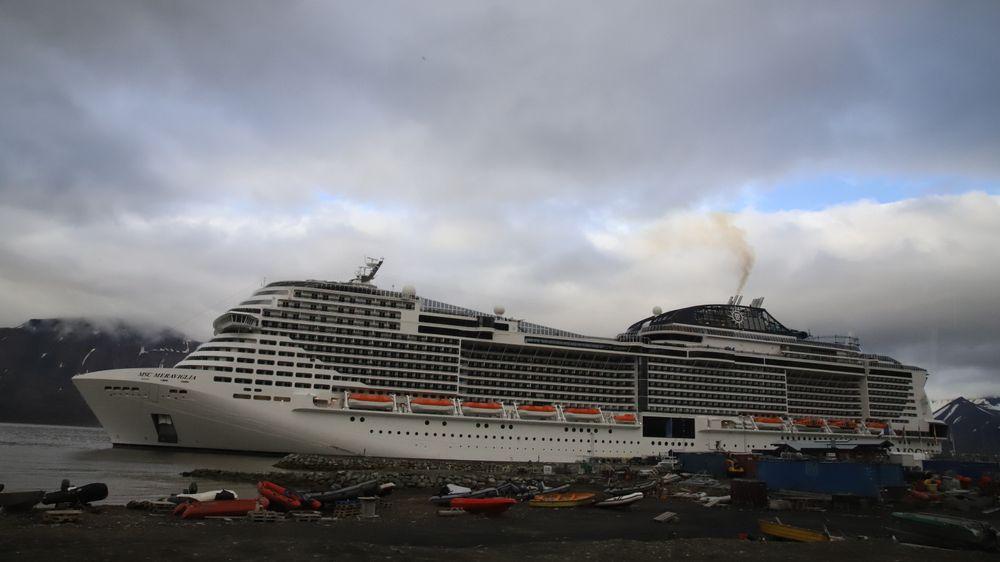 Det kan bli aktuelt med størrelsesbegrensninger på skip ved Svalbard, ifølge regjeringen. Bildet er av cruiseskipet MSC Meraviglia på besøk i Longyearbyen i fjor.