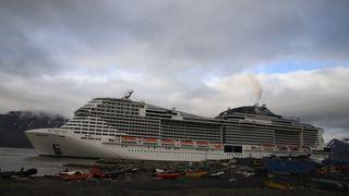 Cruiseskipet MSC Meraviglia i Longyearbyen, Svalbard.Tonnasje: 171.598 bruttotonn Passasjerer: 4.488 (5.714 maks) Mannskap: 1.536