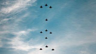 En julestjerne av jagerfly: Her er tidspunkter og steder for den hittil største F-35-formasjonen i Norge
