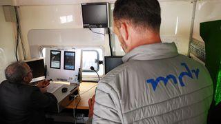 Fra styringssentralen kan lokføreren følge med via to høyoppløselige skjermer som viser alt han ville ha sett om han satt ombord i toget.