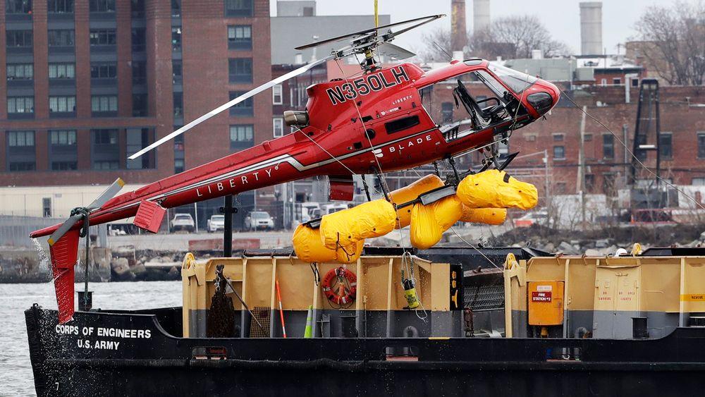 Ulykkeshelikopteret blir heiset opp på en pram dagen etter ulykken på East River i New York.