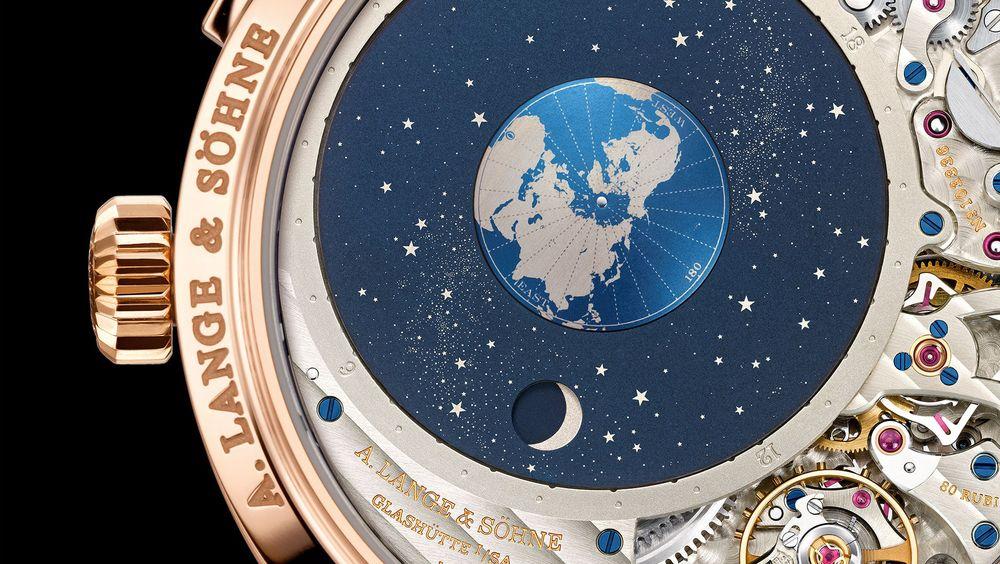 Snu klokka: Har du en Richard Lange Perpetual Calendar «Terraluna» til et par millioner så må du ta den av for å få glede av den deilige astronomiske baksiden. Gjennom det store vinduet kan du følge jordens rotasjon i forhold til solen og månens gang rundt jorda med riktig månefase. Alt omgitt av deilige tannhjul, fjærer, balanse og mye annen mekanikk. Med kasse i rosa gull selvfølgelig.