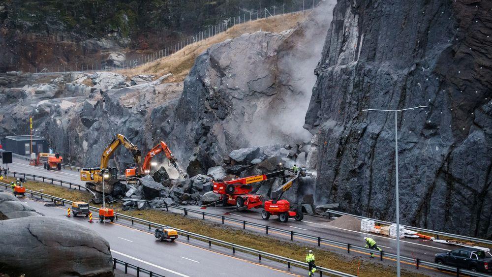 Det var bare flaks som gjorde at ikke liv gikk tapt da store steinblokker raste ut over E18 ved Larvik fredag kveld.